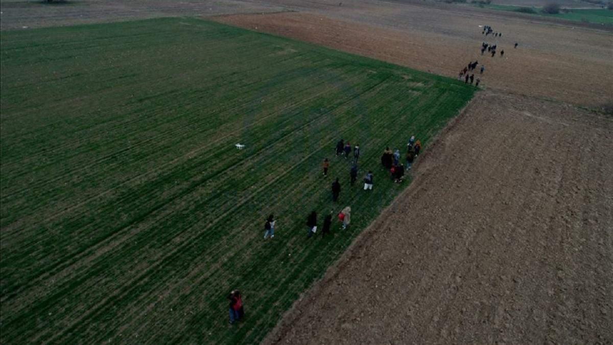 Сотні біженців вирушили до турецько-грецького кордону після повідомлень ЗМІ: фото і відео