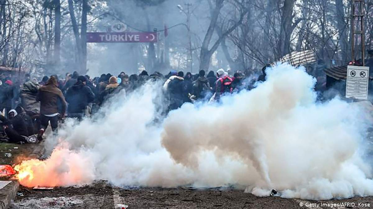 Тисячі сирійських мігрантів намагаються прорватися з Туреччини у Грецію: відео