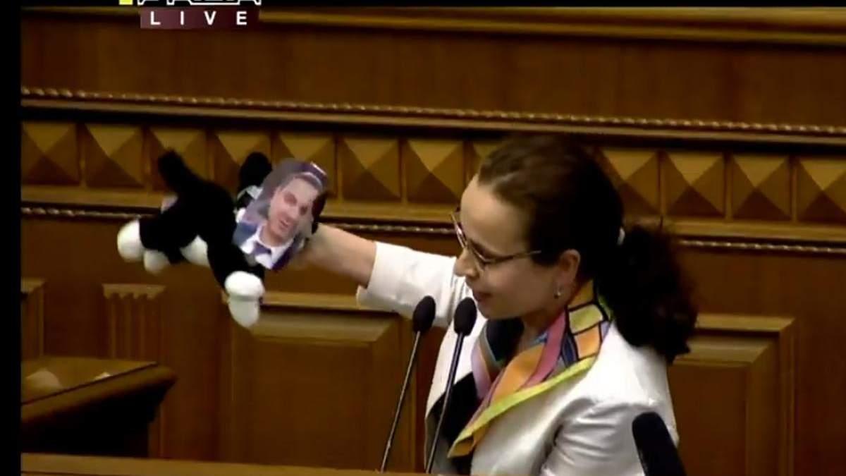 Депутатка Клименко подарувала Шмигалю кота у мішку: фото