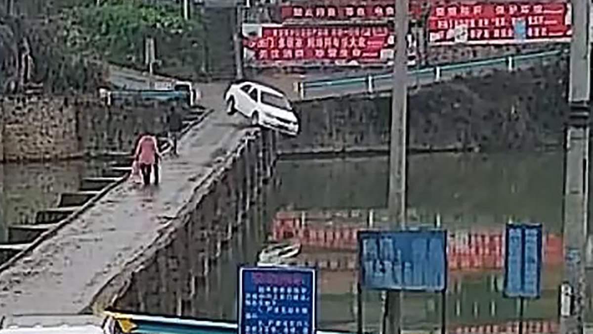 Китаєць з'їхав з мосту у воду