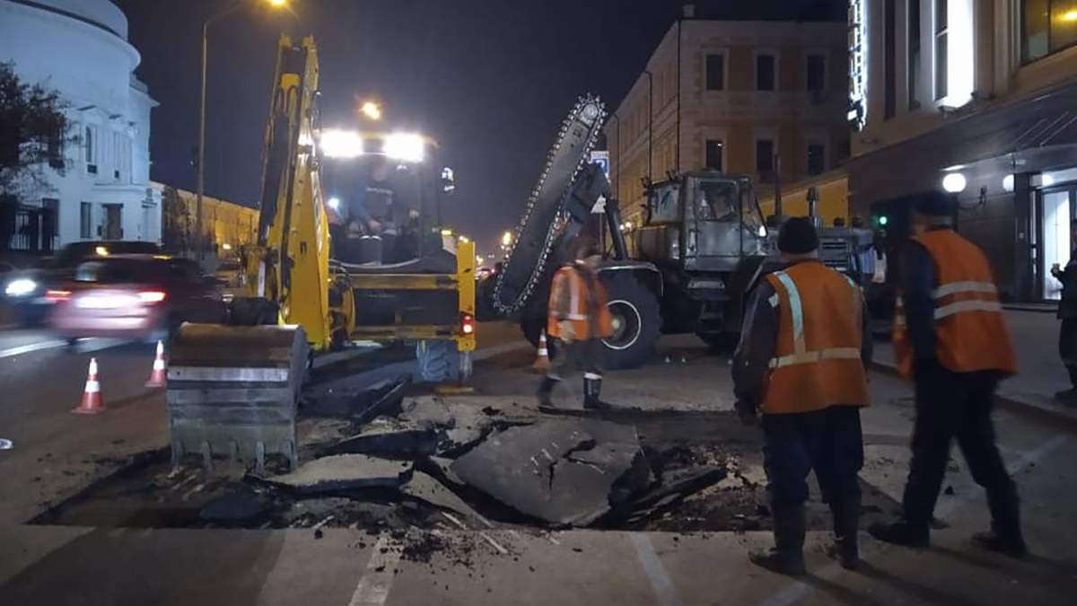 У Києві через прорив труби провалився асфальт
