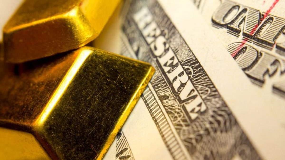 Щоб нейтралізувати валютні коливання, Нацбанк другий день поспіль продає золотовалютні резерви
