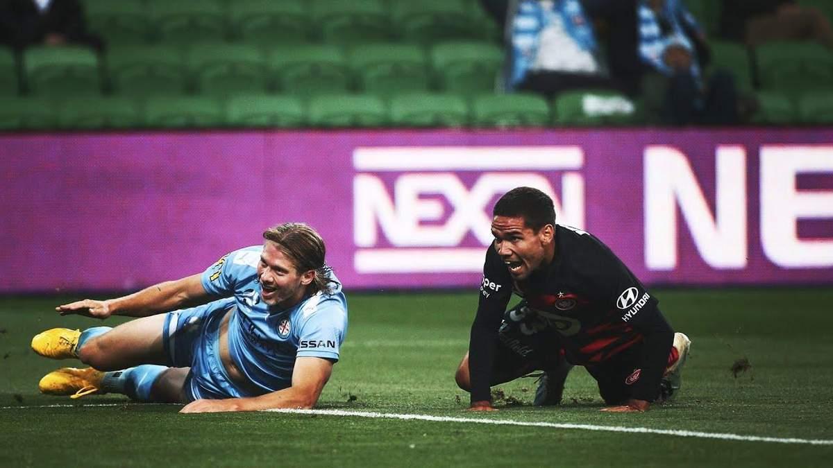 Футболіст дивом не забив гол у порожні ворота: відео