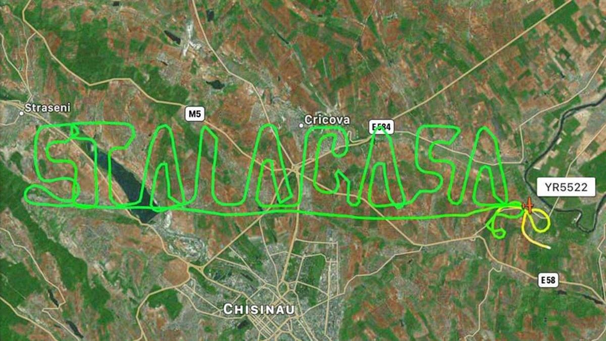 В Молдове самолет оставил в небе послание