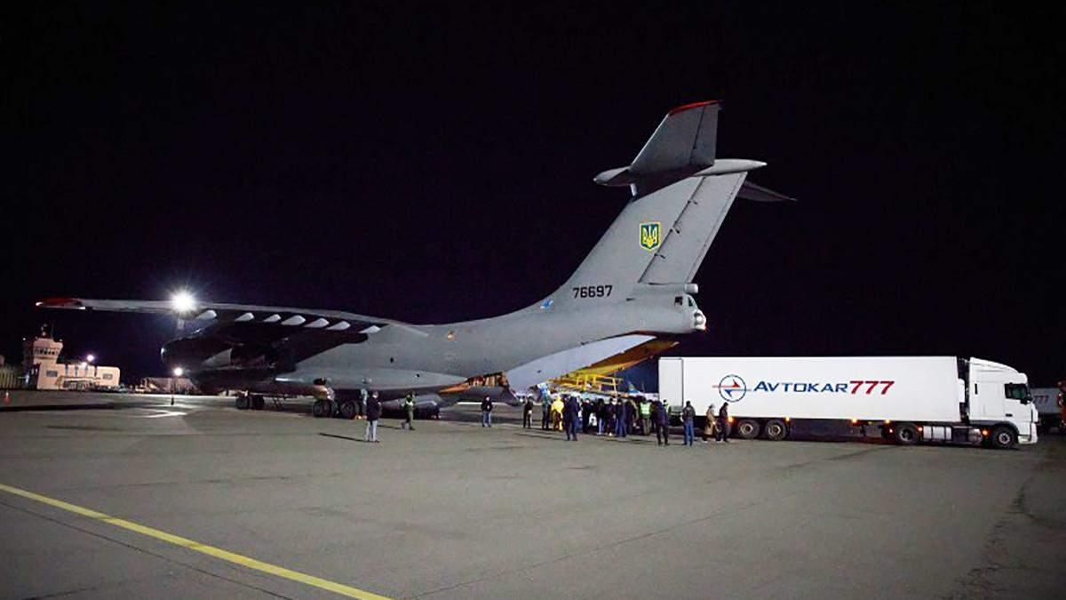 В Україну прибув літак з тестами на коронавірус, масками та апаратами вентиляції легень