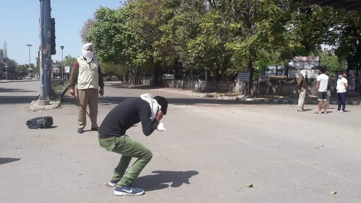 Поліція палицями б'є порушників карантину в Індії: відео