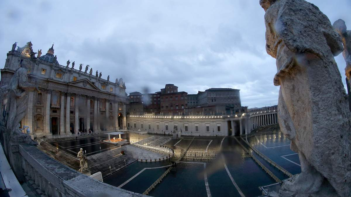 Пустая площадь Святого Петра в Ватикане во время речи Папы