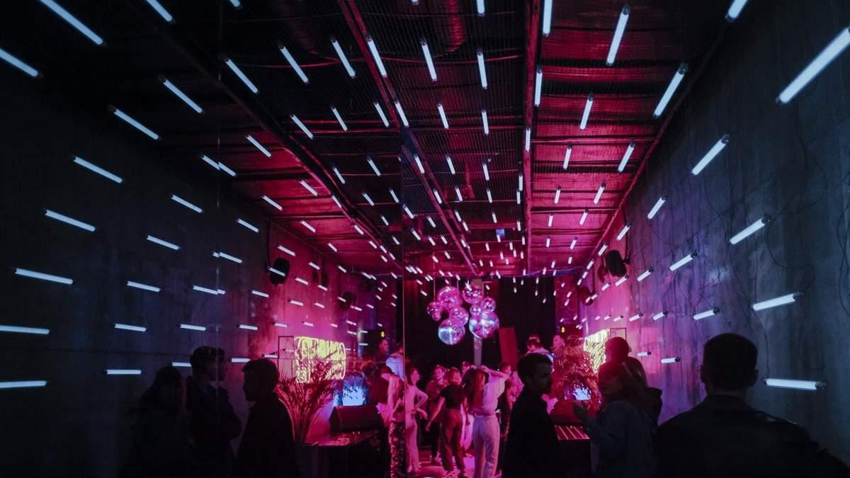 Коронавирусные вечеринки становятся популярными: почему это опасно