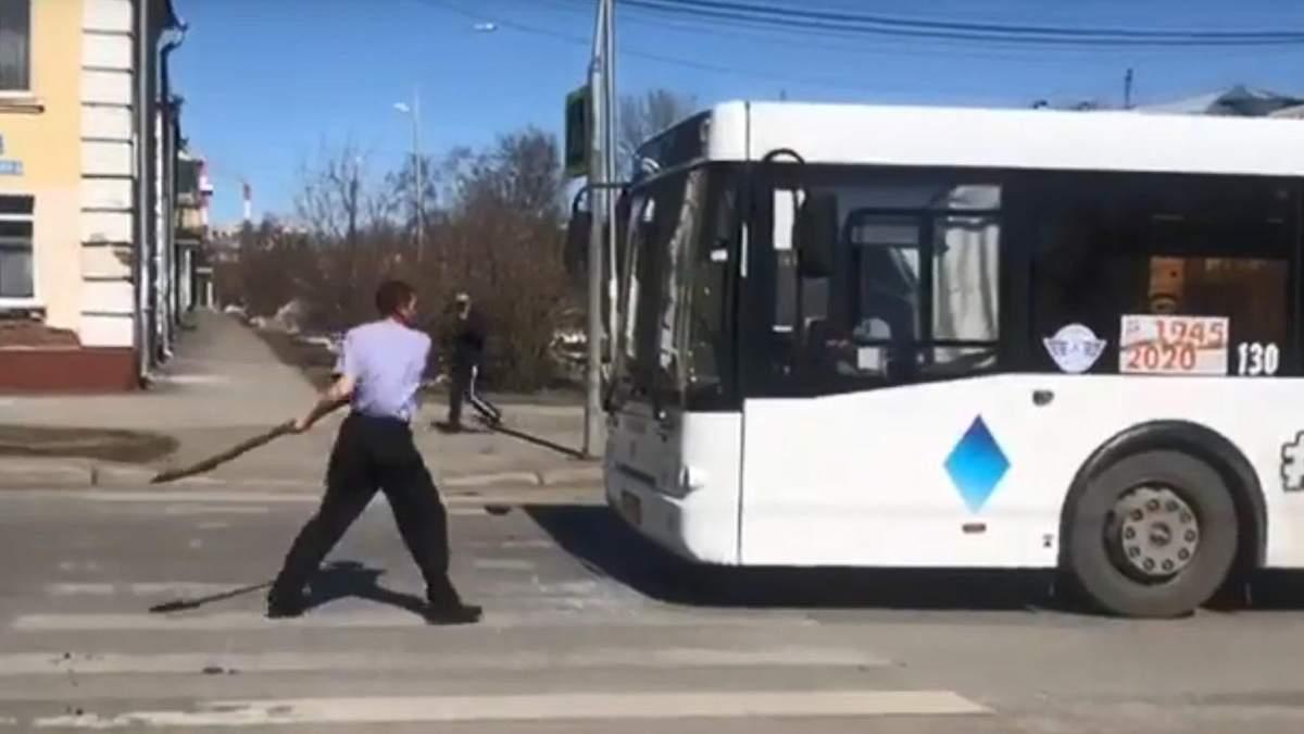 """В России мужчина с криками """"коронавирус"""" бил лопатой по автобусам: видео"""