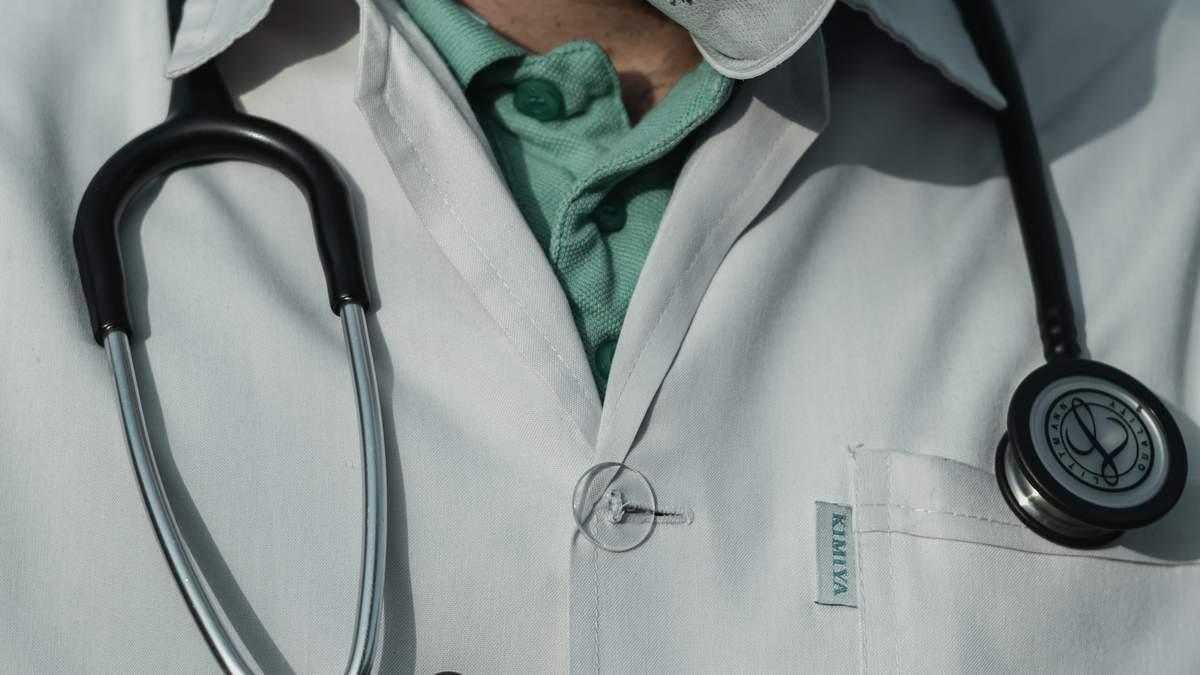 У США лікарів можуть звільнити з роботи за скарги у фейсбуці під час пандемії коронавірусу