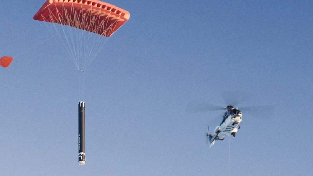 Rocket Lab поймала макет ускорителя ракеты Electron