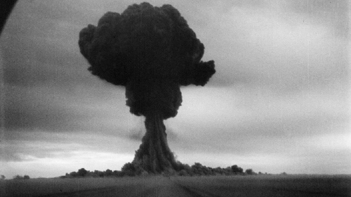 """Испытание ядерного оружия на людях в СССР: после взрыва солдаты вскакивали и кричали """"ура"""""""