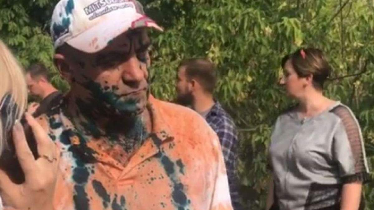 Террориста встретили с зеленкой и гнилыми помидорами