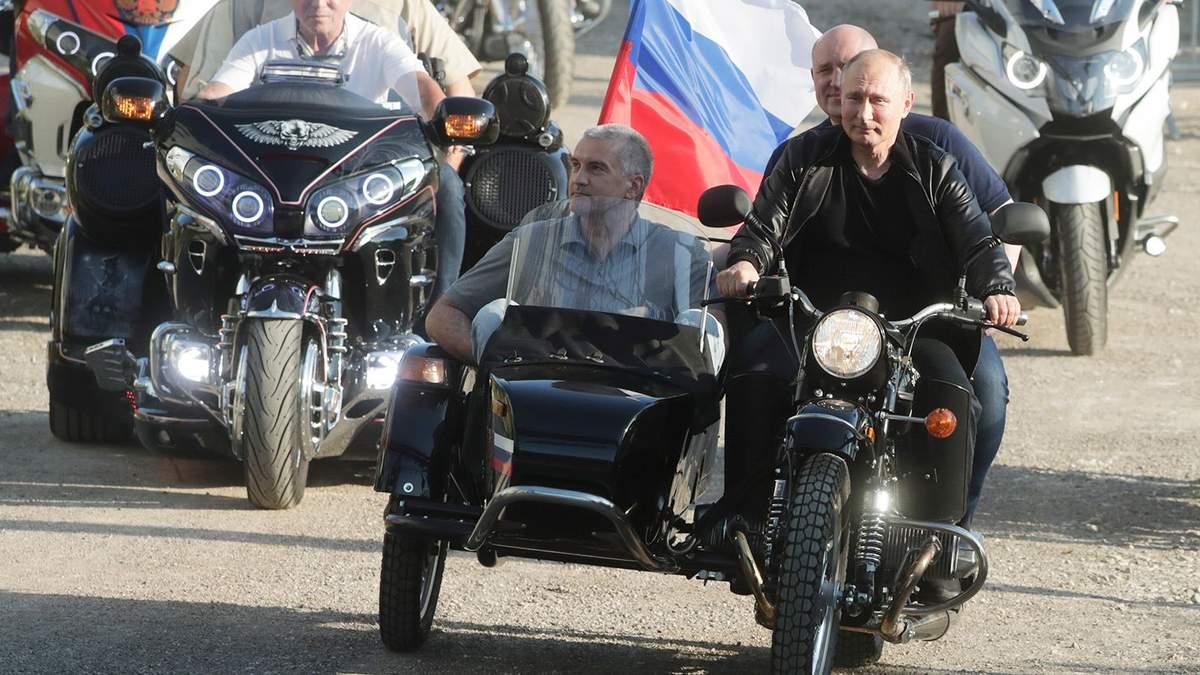 Путін їздив по окупованому Криму, поки в Москві проходили мітинги