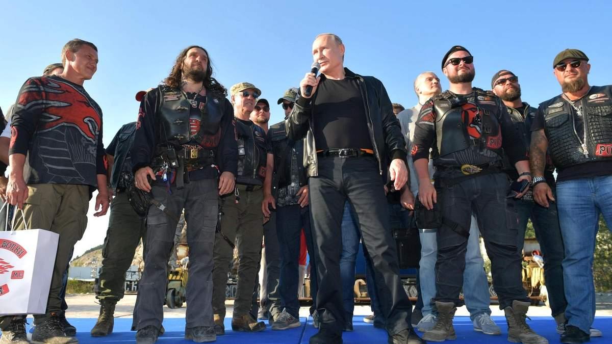 Москва бастует, а их в Крым потянуло