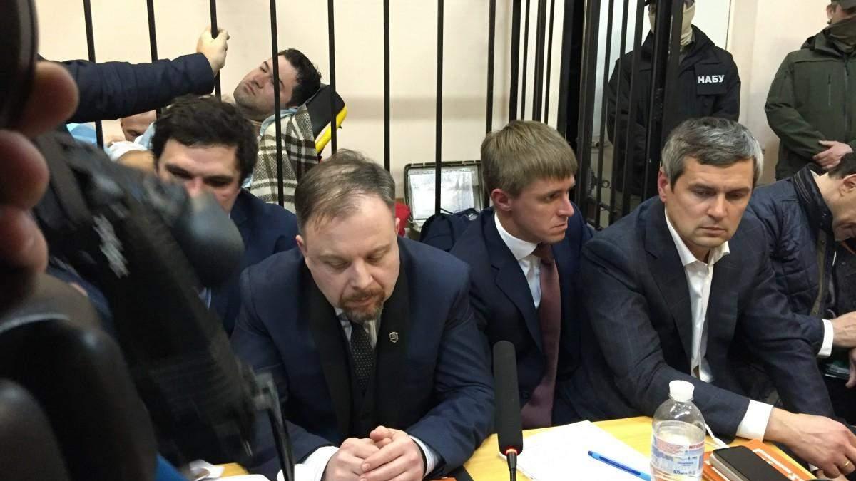 Роман Насиров в клетке в зале суда