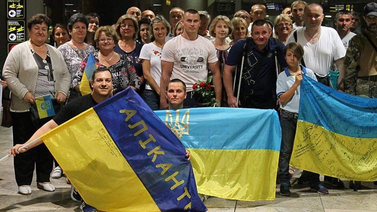 Українці зустріли поранених бійців в Іспанії
