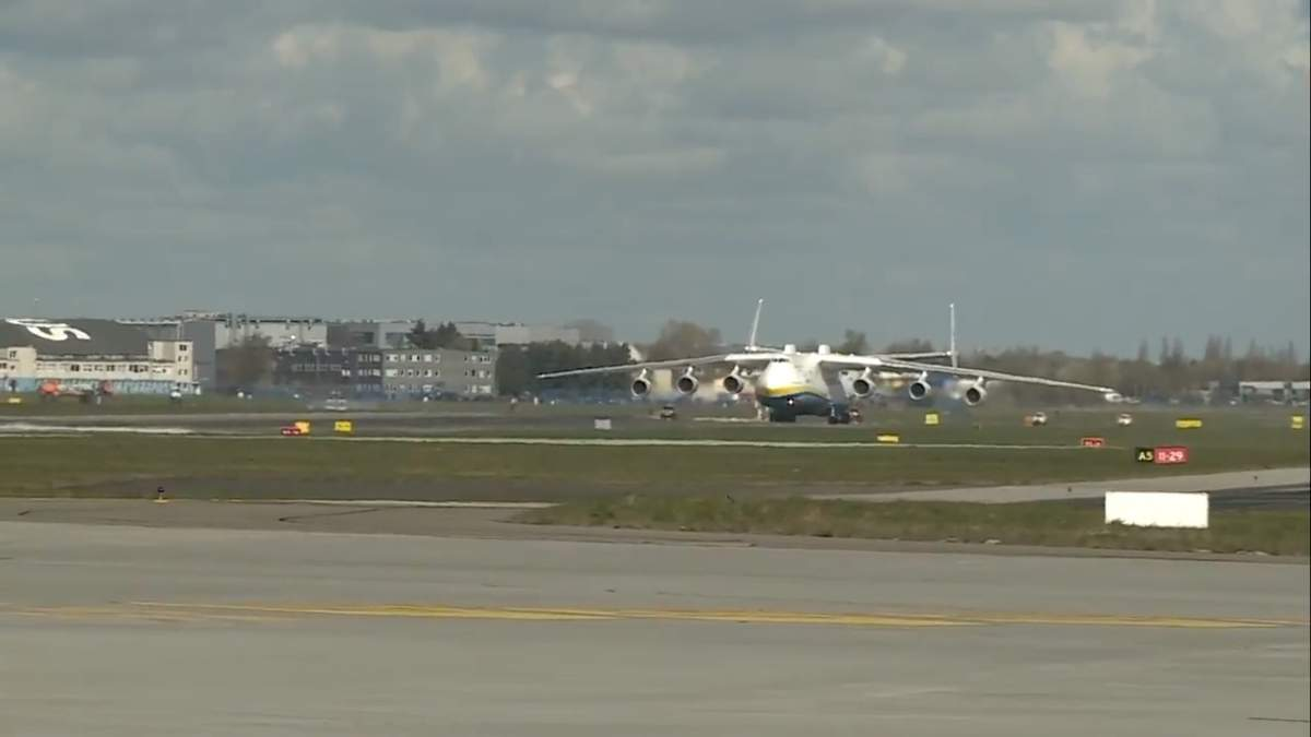 """Самолет Ан-225 """"Мрия"""" доставил в Польшу медсредства, за его посадкой наблюдали 80 тысяч человек"""