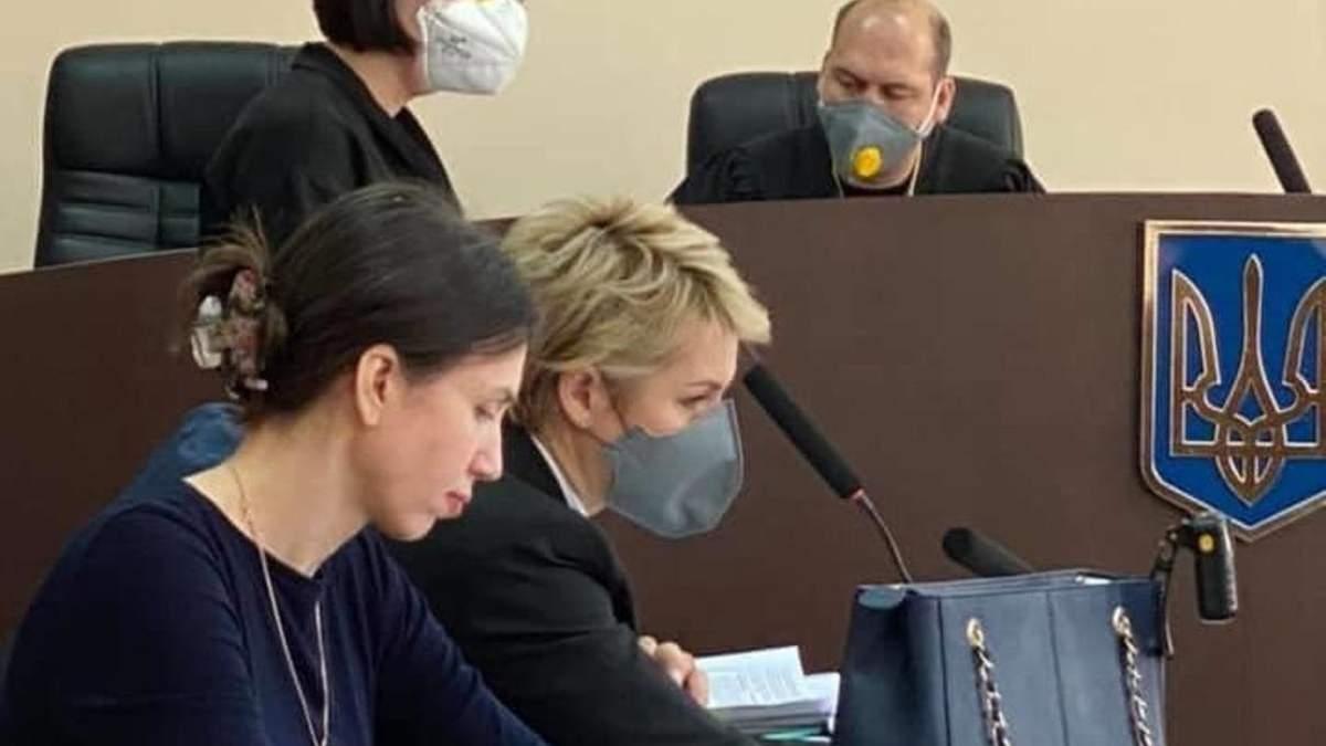 Черновол пришла в суд без маски, но со спакованной сумкой