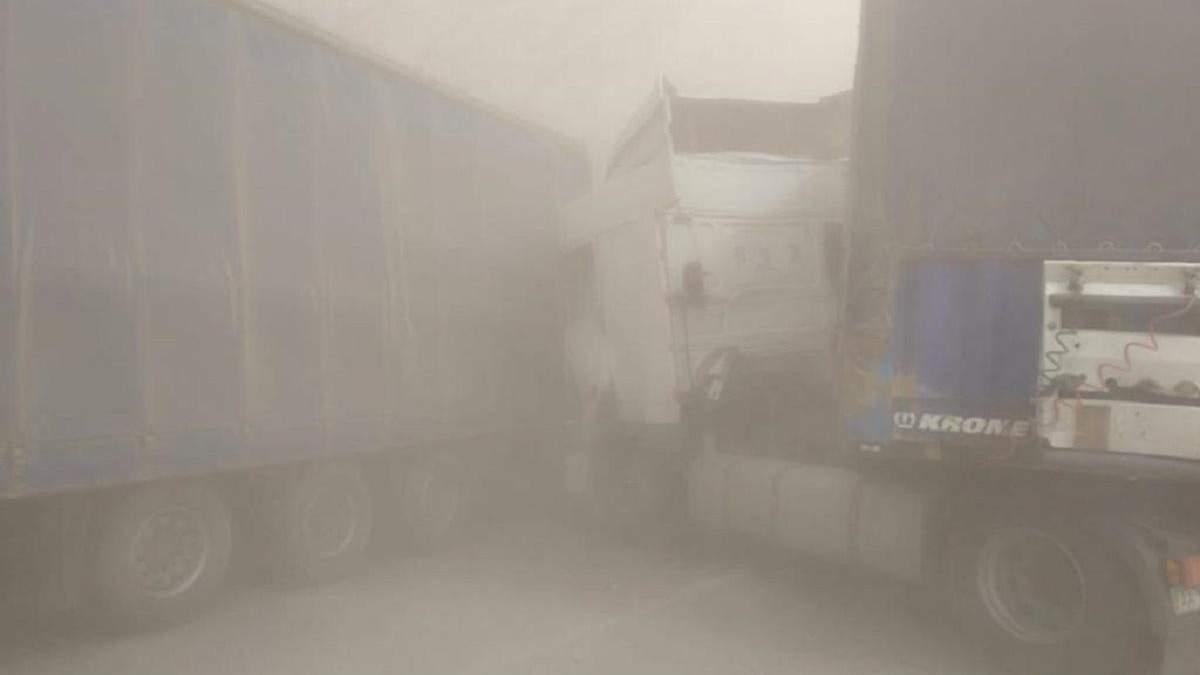 Через піщану бурю під Києвом трапилася маштабна ДТП: загинули 4 людей – фото