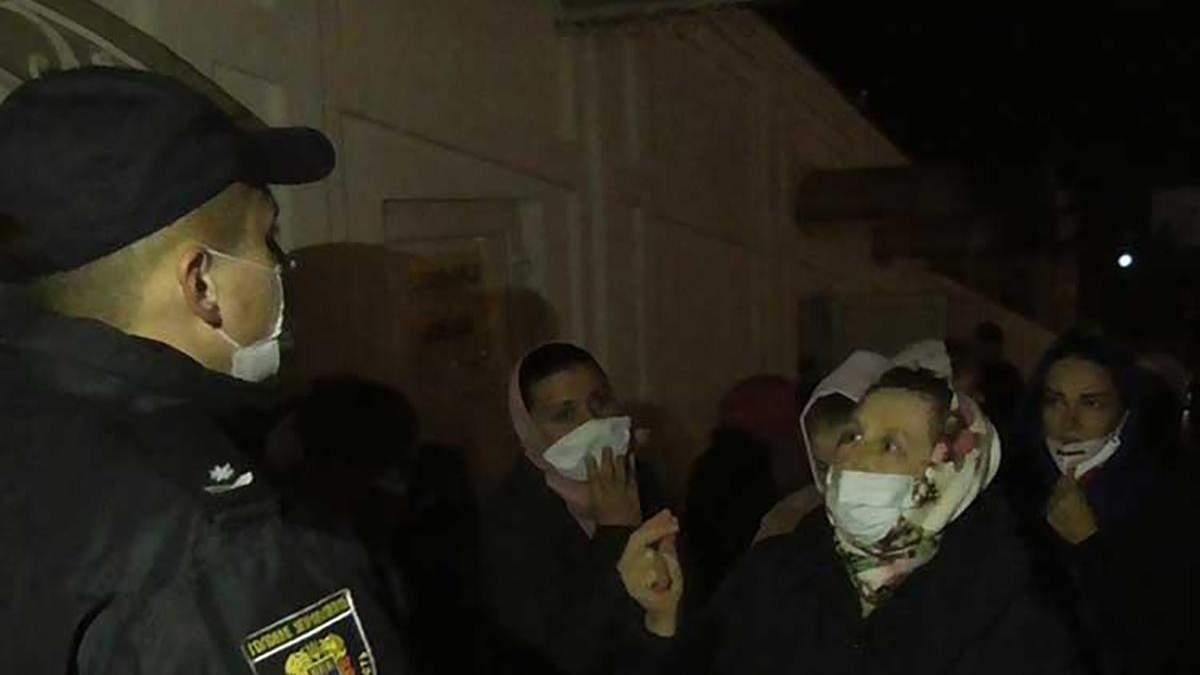 Нарушение карантина в Почаевской лавре: более 100 верующих впустили внутрь храма