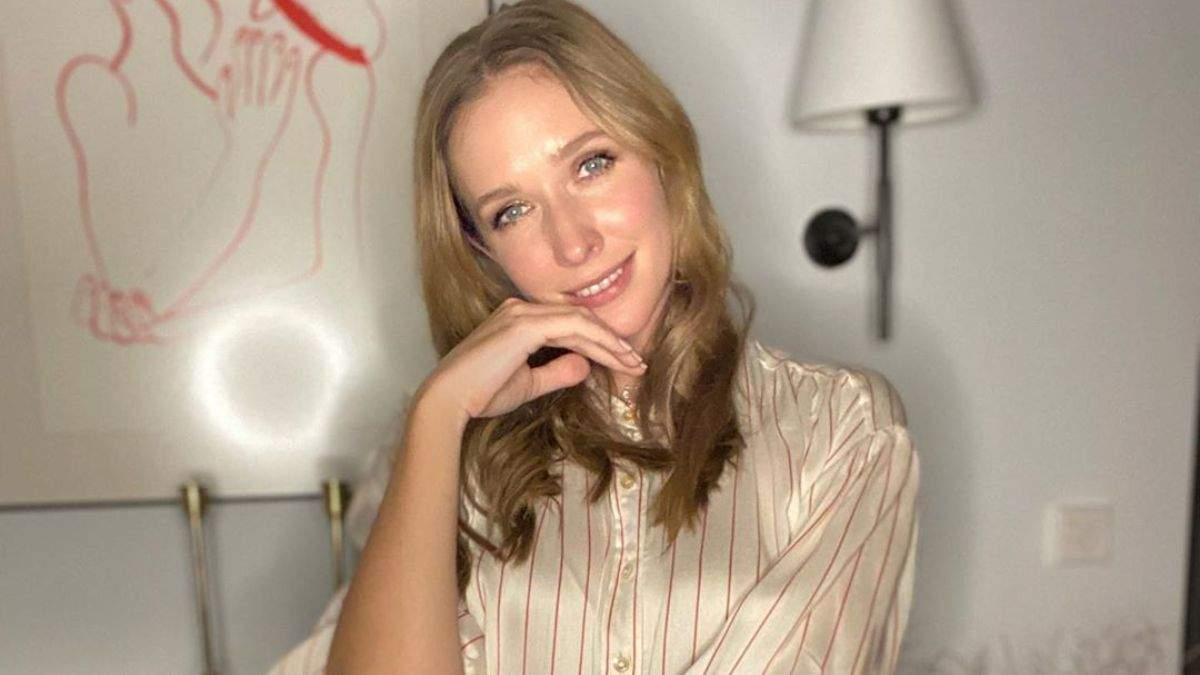 В цветочном платье и белых кроссовках: Катя Осадчая показала, как играет бадминтон