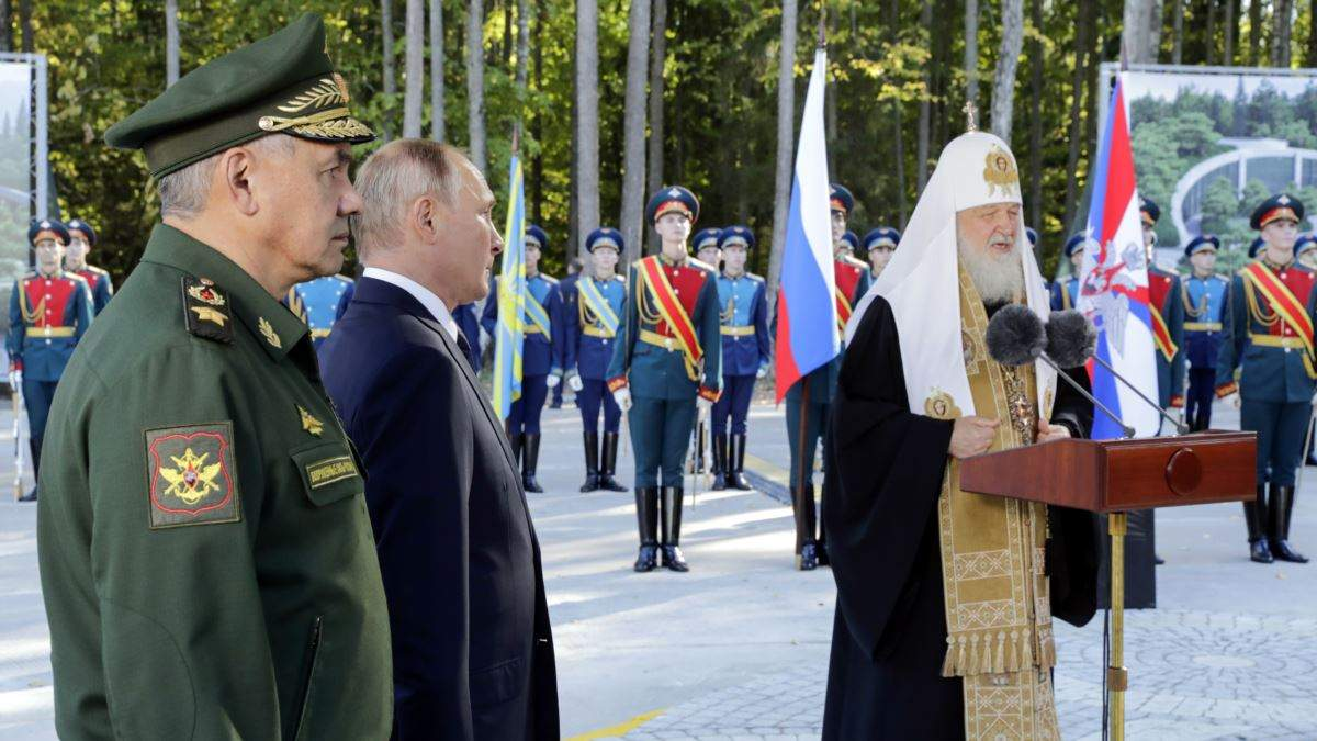 Володимир Путін зі своїми прислужниками