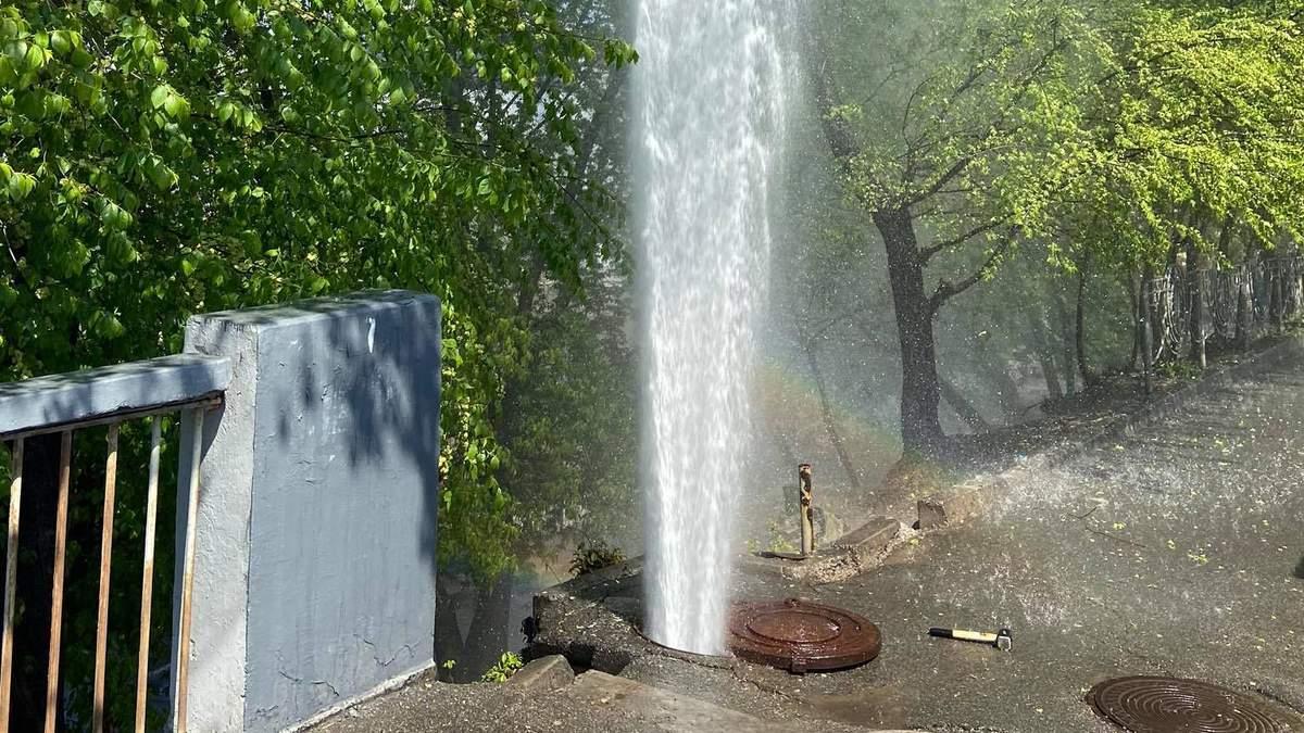 У Києві з-під землі забив гейзер: вражаюче відео