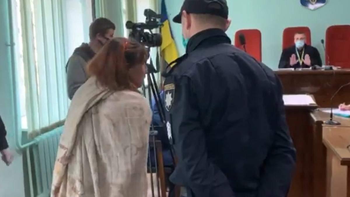 Голая женщина ходила по Харькову с отрезанной головой 13-летней дочери: первые кадры из суда