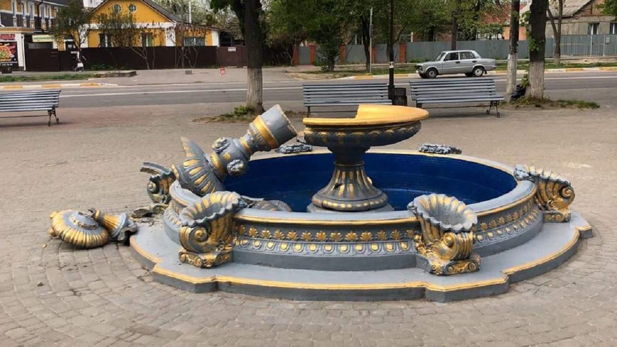 В Боярке женщина с ребенком проверяли на прочность фонтан: видео головокружительного падения