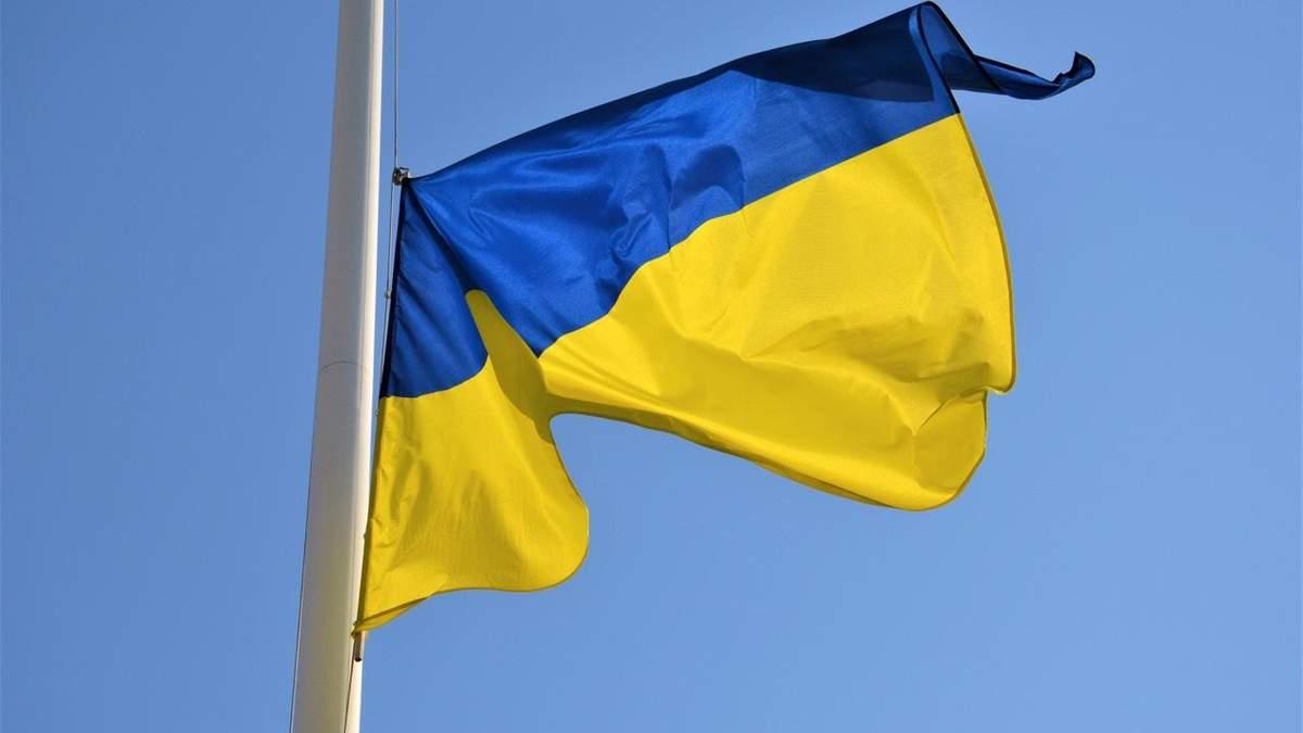 У Запоріжжі п'яні підлітки зірвали прапор України: відео наруги та помсти їм