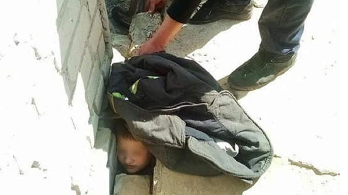 У Дніпрі хлопчик застряг між бетонними плитами покинутої школи: як його рятували – фото