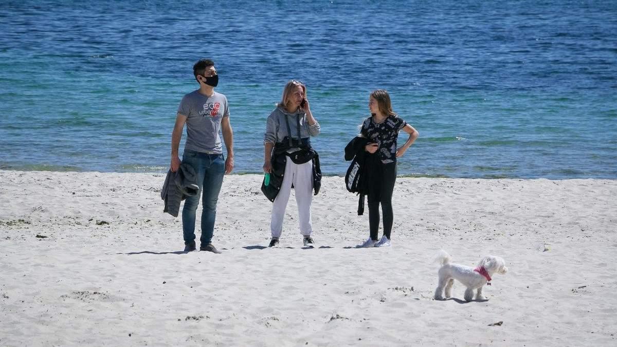 Одесити відпочивають на пляжах попри карантинні обмеження: фото