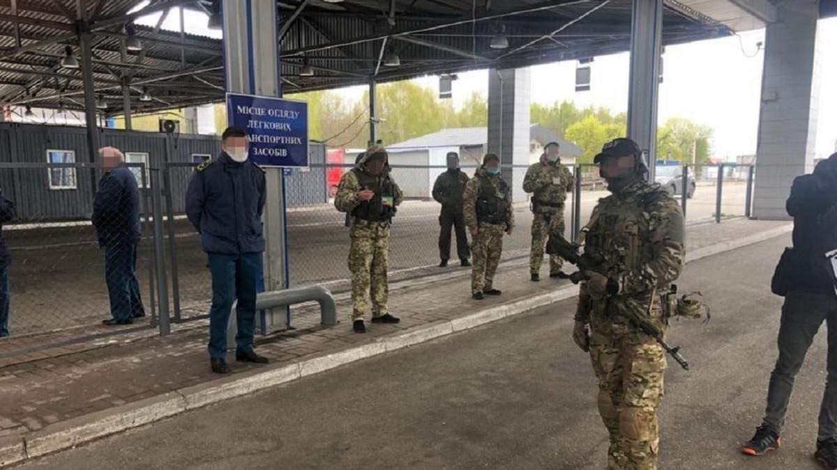 """СБУ затримала службовців, які збирали """"данину"""" за перетин кордону"""