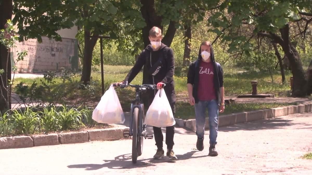 Подростки отдают на помощь пенсионерам деньги, которые собирали на путешествия: видео