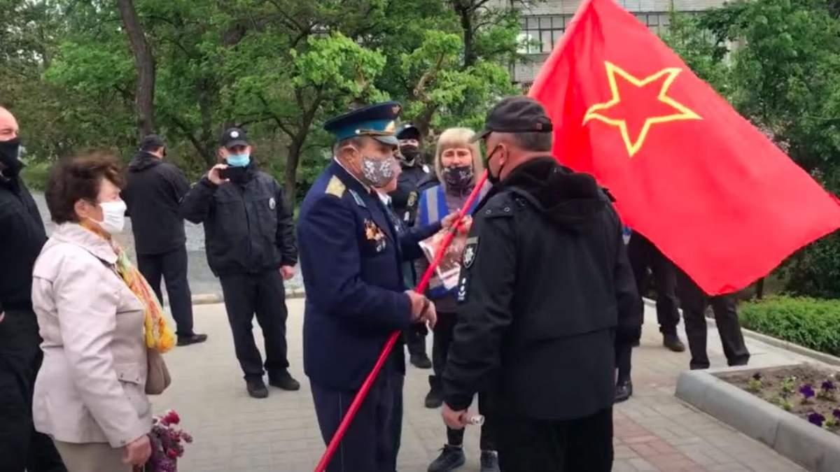 Пенсіонер з прапором СРСР у Мелітополі