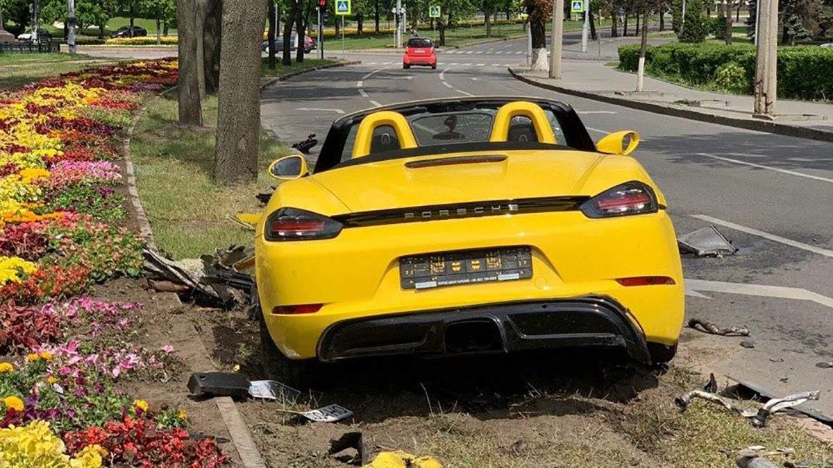 Дівчина на елітному Porsche знесла дорожній знак у Харкові: фото, відео