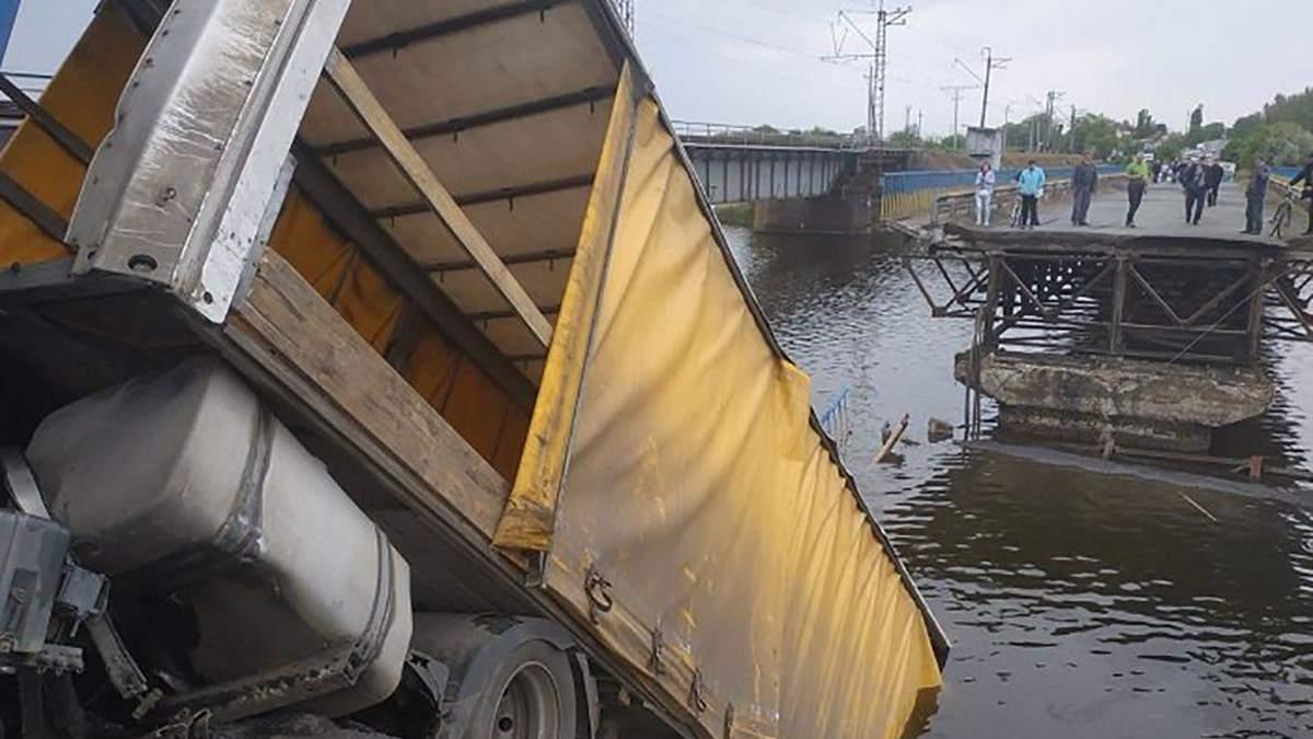 Під Нікополем обвалився міст, коли по ньому їхала вантажівка: фото, відео