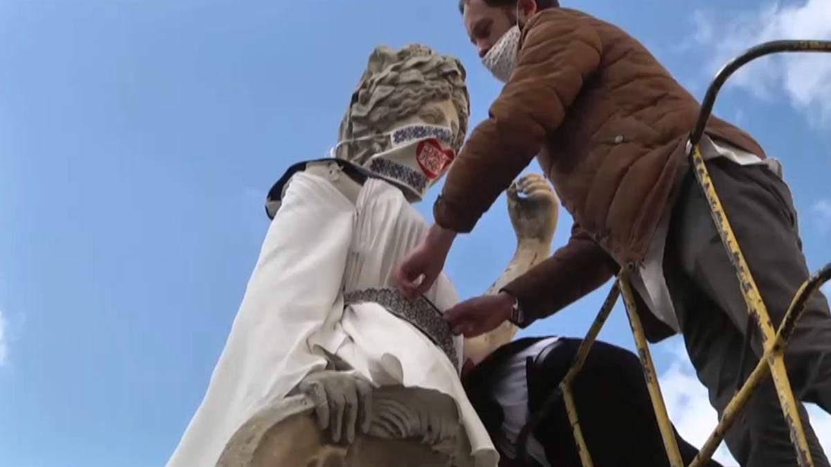 Вишивані маски і традиційний стрій: у Львові одягнули античні скульптури – фото, відео