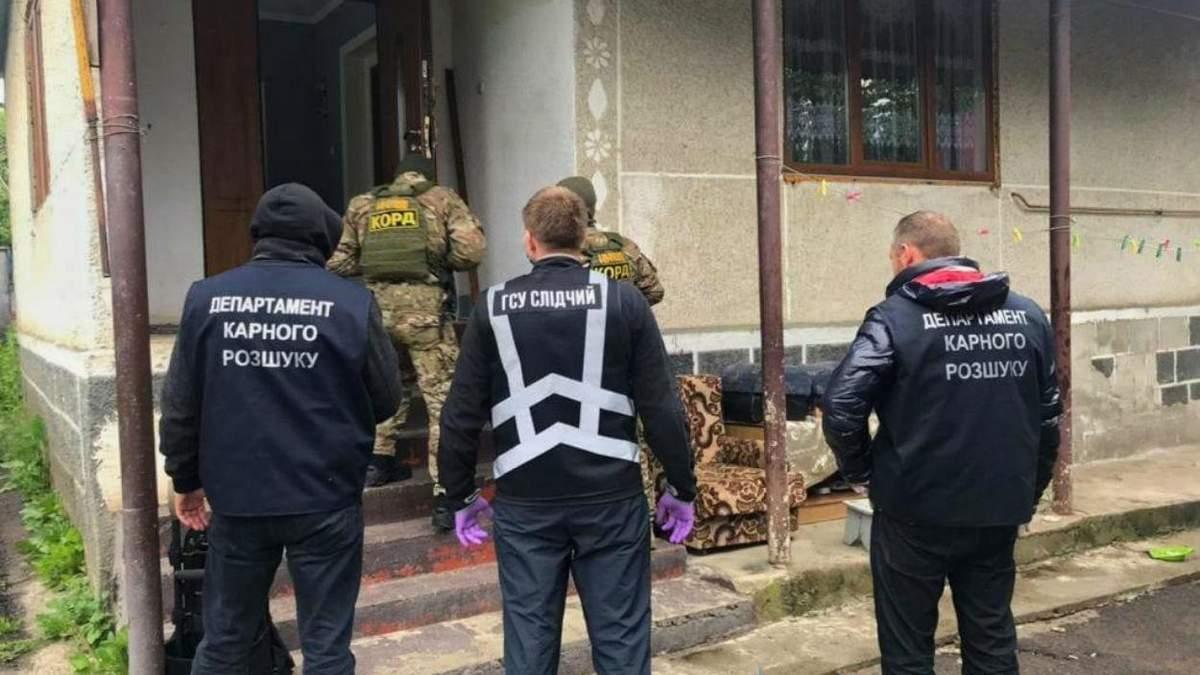 Банда шахраїв ошукала людей на майже 18 мільйонів гривень: фото та відео затримання