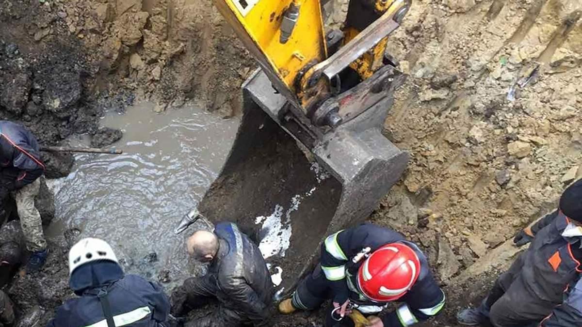 Зсув каналізаційного колектора на Хмельниччині: люди опинилися під завалами, є жертва