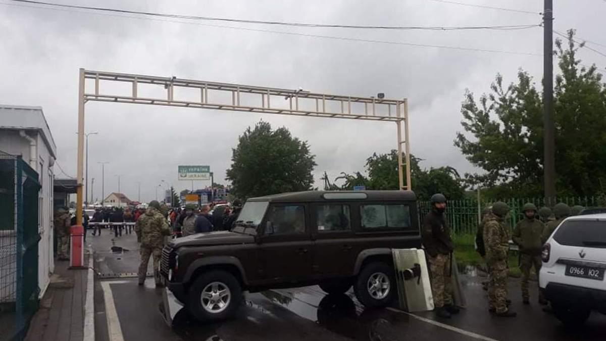 Перевозчики заблокировали КПП Тиса из-за проверки посылок