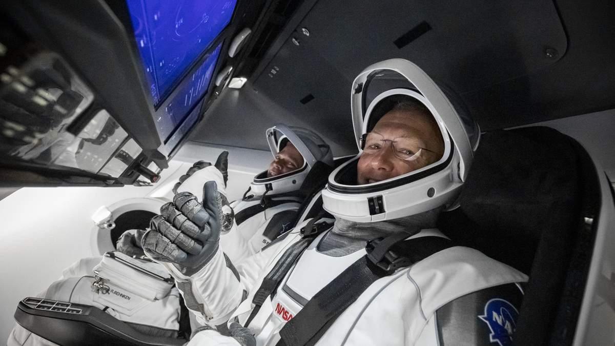 Дуглас Херли и Роберт Бенкен на борту Crew Dragon