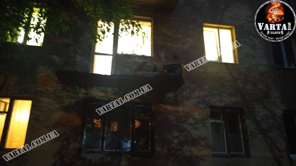 У Львові троє людей випали з балкону через обвал перил: ніхто не загинув