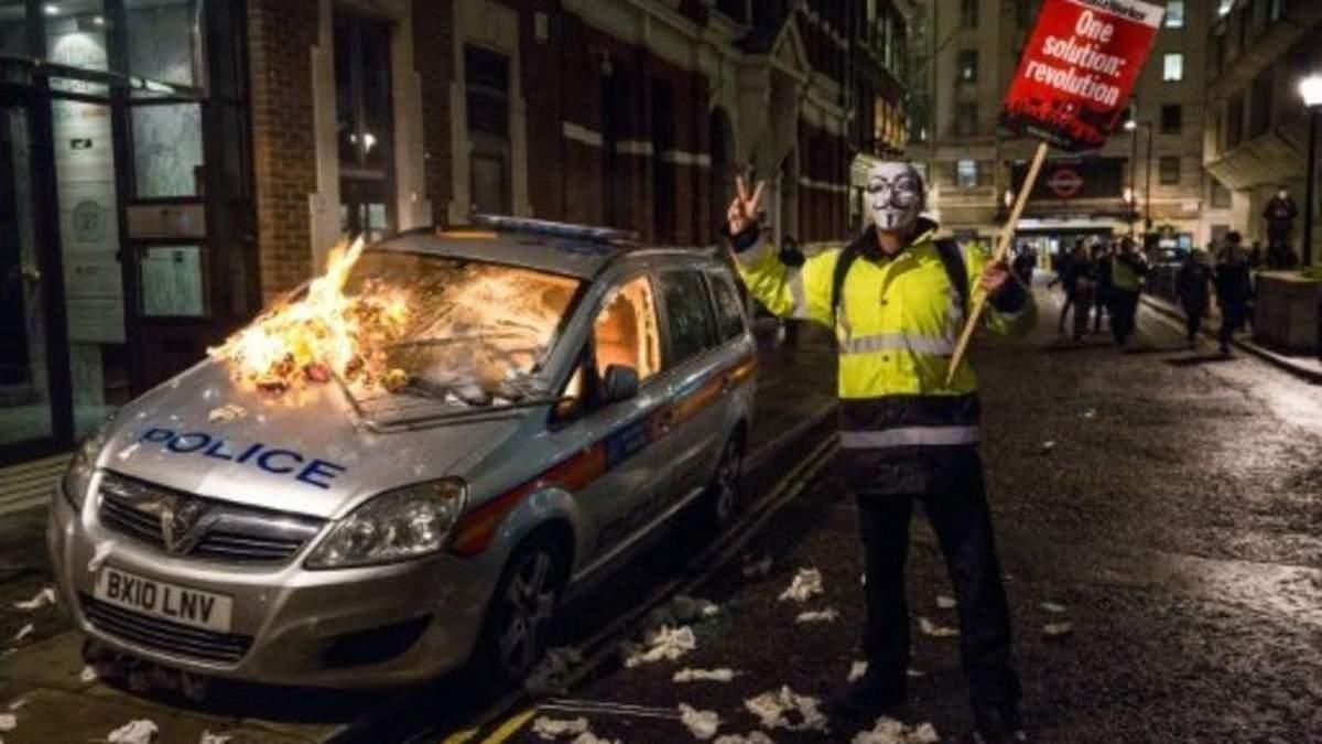Протест у сожженной полицейской машины