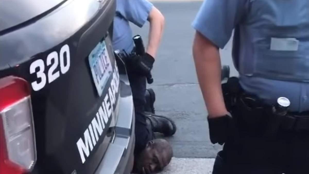 Дерек Шовен, який стояв коліном на шиї померлого, вже заарештований