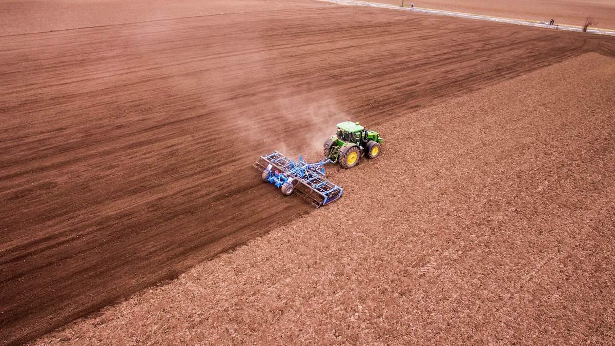 """В """"Укрлендфармінгу"""" Бахматюка похвалилися новою технікою і розповіли про особливості посівної"""