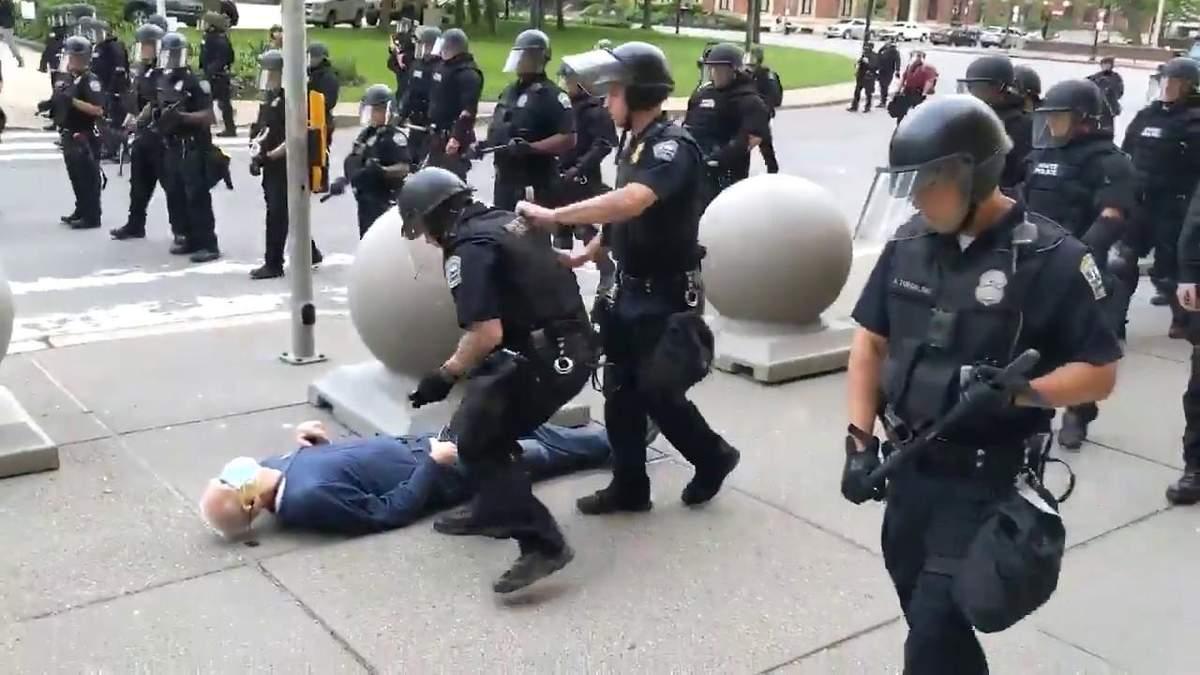 В США копы сбили с ног пожилого мужчины во время протестов - видео