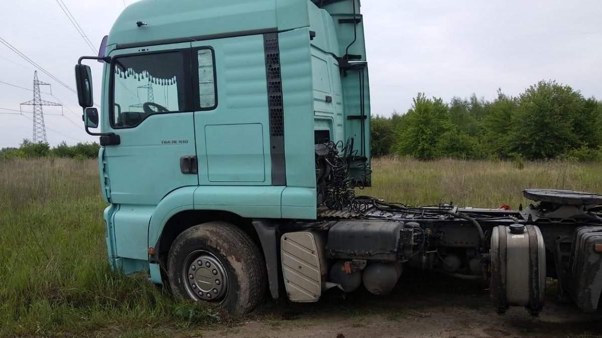 На Київщині 15-річний хлопець викрав вантажівку: фото