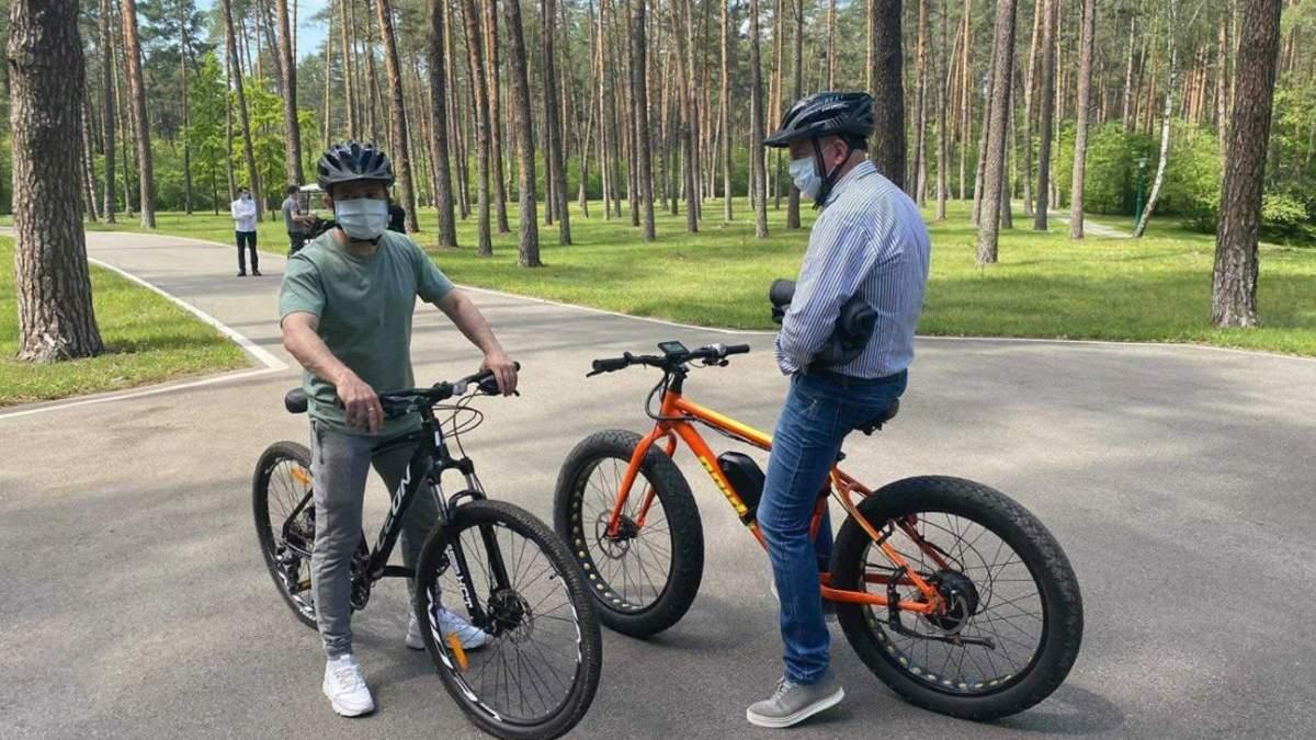 Зеленський покатався на велосипедах з журналістами: про що говорили